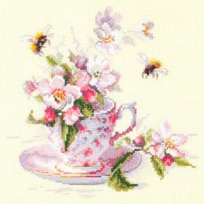 Чашка с веткой яблони Набор для вышивания Чудесная игла 120-041