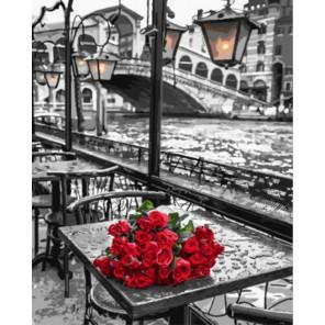 Красные розы на столике в кафе Раскраска картина по номерам на холсте