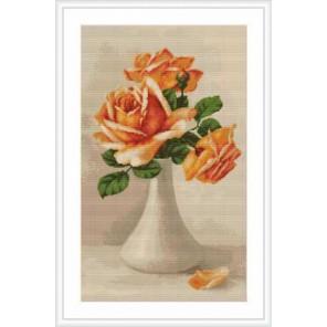 Оранжевые розы в белой вазе Набор для вышивания LUCA-S