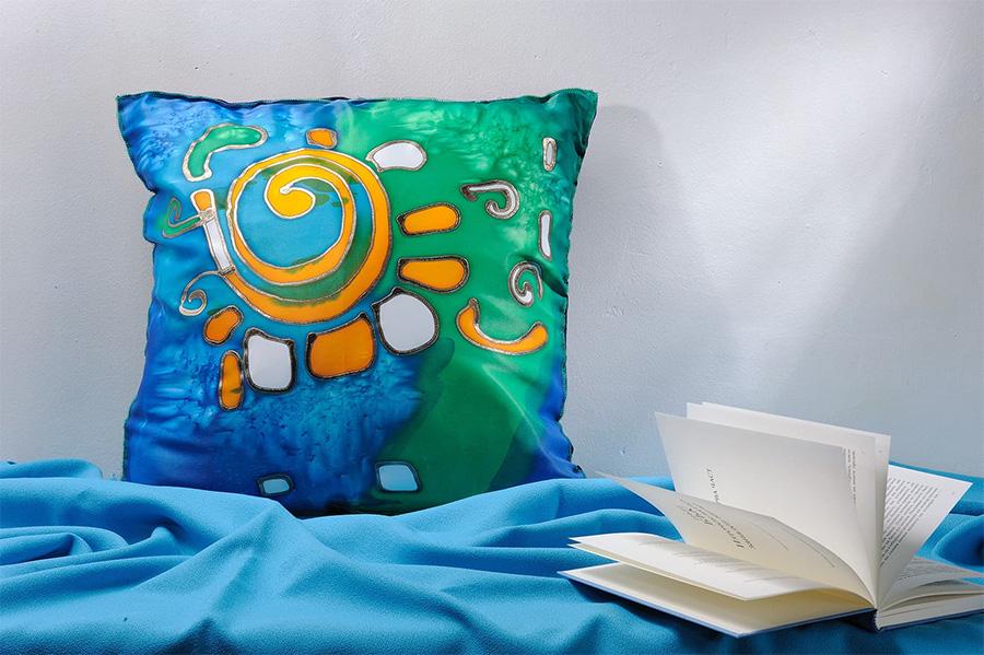 Подушка - роспись красками и контурами по шелку Silk Marabu